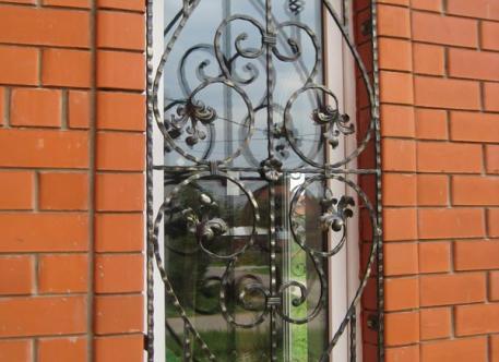 Кованая решетка на окна - изделие 7