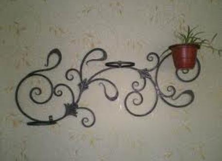 Кованая подставка настенная под цветы - Изделие 18