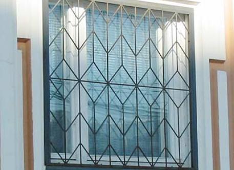 Кованая решетка на окна - изделие 41