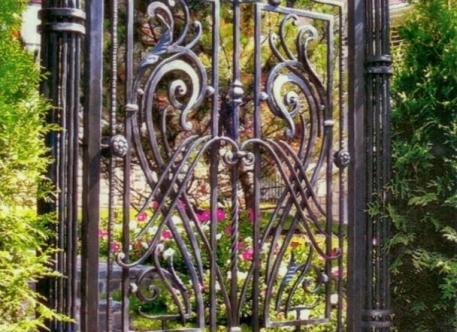 Высокий кованый забор - изделие 49